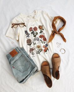 Future State Flower Chart Tee from Urban Outfitters – Spring Outfits Shorts Style, Denim Shorts, Jeans Style, Casual Outfits, Cute Outfits, Simple Outfits, Hipster Summer Outfits, Boho Spring Outfits, Earthy Outfits