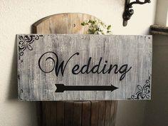 Placa em MDF, craquelê e inscrição em relevo para sinalizar casamentos