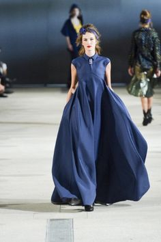 Alexis Mabille Spring 2014 Ready-to-Wear Collection Photos - Vogue Fashion Week Paris, Runway Fashion, High Fashion, Fashion Show, Fashion Design, Fashion 2014, Modest Fashion, Haute Couture Style, Navy Gown