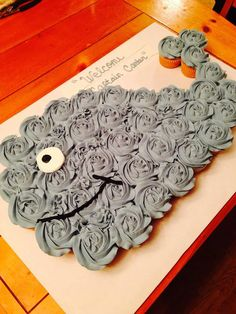 Good for the kids party---Whale Cupcake Cake.these are the BEST Pull-Apart Cake ideas! Whale Cupcakes, Love Cupcakes, Pull Apart Cupcake Cake, Pull Apart Cake, Cupcake Torte, Cupcake Cookies, Whale Birthday, Birthday Cakes, Birthday Ideas