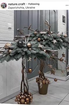Christmas Advent Wreath, Xmas Wreaths, Christmas Flowers, Diy Christmas Tree, Outdoor Christmas Decorations, Rustic Christmas, Christmas Time, Holiday, Christmas Arrangements
