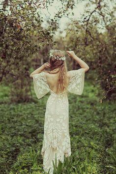 大きく開いた背中に刺繍がとても70sの香りを醸し出しているロマンティックなボーホードレス。