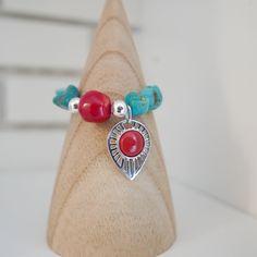 Bracelet Ylang argent sur perles turquoise cailloux et insertions de jade rouge et perles argentées.