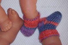 """""""Mama, meine Puppe braucht auch Socken!"""" Wenn die besorgte Puppenmama diesen Wunsch äußert, freut sich das Sockenstrickerherz und mehr als ein paar wirklich kleine Wollreste (für das größte der unten gezeigten Puppensocken Paare gut 10 g, für das kleinste weniger als 5 g Wolle!) braucht es kaum, um sich gleich ans Werk zu machen. Und …"""