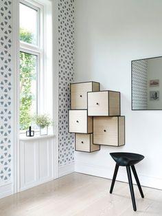 interesting wall furniture. wooden squared cabinets. shelving that resembles a maze to me #artisticshelving mobili a parete, scatole quadrate con spigoli neri e pomello centrale nero, agganciati alla parete. scaffali che mi ricordano un labirinto.