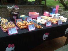 Candy table for a Monster High Party   Mesa de merienda para fiesta Monster High