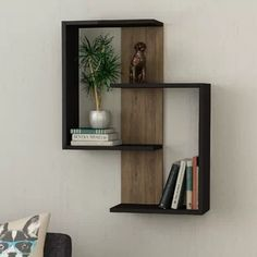 3 Surprisingly Neat and Pleasing Storage Inspirations for Small Bedroom Decor Ideas - Turn your cramped room into a cozy personal quarter with these smart, space-saving storage tricks. They offer a tidy look to your small bedroom interior. Unique Wall Shelves, Wall Shelf Decor, Wall Shelves Design, Wood Wall Shelf, Diy Wall Decor, Diy Home Decor, Bookshelf Design, Unique Wall Decor, Corner Shelves