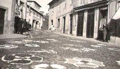 """Boa tarde :D Uma fotografia de 1950 do tapete para a procissão da Sra. do Castelo do Largo da Lapa em Arcos de. Para quem tenha dificuldade em identificar a imagem foi captada onde está agora o relógio de água. Partilhada por Manuel Fernandes - """"Nino"""" - https://www.facebook.com/profile.php?id=100014146841322"""