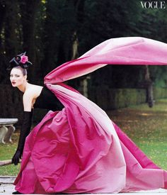 US Vogue October 1994 Paris Couture: In the Grand Tradition Photographer: Steven Meisel Models: Trish Goff, Shalom Harlow and Kirsty Hume Styling: Grace Coddington Makeup: François Nars Hair: Garren Steven Meisel, Image Fashion, Foto Fashion, Pink Fashion, Fashion History, Paris Fashion, Fashion Shoes, Shalom Harlow, Christian Lacroix