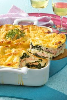 Salmon Spinach Lasagna Recipe DELICIOUS - The combination of spinach, salmon, béchamel and cheese is a real classic and always delicious! Healthy Salmon Cakes, Healthy Salmon Recipes, Fish Recipes, Turkey Recipes, Pasta Recipes, Crockpot Recipes, Baking Recipes, Vegetarian Recipes, Salmon Recipe Pan