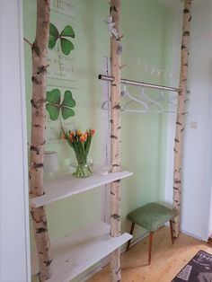 Wardrobe made of white birch trunks A spring dream. White birch trunks as a wardrobe with spring decorations look simply adorable. Birch trunk wardrobe can be found at: birkendoc.de/shopOur birch trunks can be erected with Feng Shui, Decoration Entree, Diy Home Decor, Room Decor, Hotel Room Design, Diy Casa, Diy Coffee Table, Birch, Ladder Decor