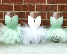 Wedding gifts for bridal party diy wine glass new ideas Bridesmaid Glasses, Wedding Glasses, Wedding Bottles, Bridesmaids, Diy Wine Glasses, Painted Wine Glasses, Bride Wine Glass, Bridal Shower Wine, Custom Wedding Gifts
