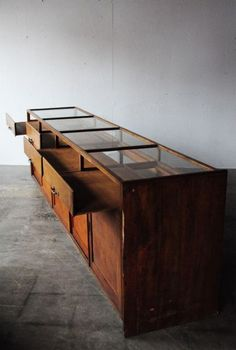 Give Your Rooms Some Spark With These Easy Vintage Industrial Furniture and Design Tips Do you love vintage industrial design and wish that you could turn your home-decorating visions into gorgeous reality? Industrial Design Furniture, Industrial Interiors, Wood Furniture, Vintage Furniture, Furniture Design, Vitrine Vintage, Vitrine Design, Espace Design, Cabinet Shelving