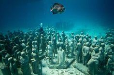 Der Brite Jason deCaires Taylor ist bildender Künstler. Seine viel beachteten Skulpturen stehen allerdings nicht in einem gewöhnlichen Museum – sondern auf dem Meeresgrund. Dadurch ist die Kunst ist stetigem Wandel, beeinflusst von den Kräften des Wassers und den Meerestieren.
