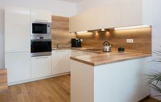Kuchyně LINE v odstínu magnolia a dub old wood Beige Kitchen, White Kitchen Decor, Modern Kitchen Cabinets, Home Decor Kitchen, Home Kitchens, Kitchen Room Design, Kitchen Cabinet Design, Kitchen Sets, Modern Kitchen Design