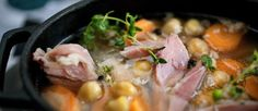 PERFEKT VINTERMAT: En rykende varm svineknokesuppe med kikerter er deilig og næringsrik mat, og smaker ekstra godt når det er surt og kaldt ute. Foto: METTE MØLLER
