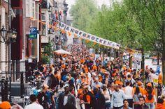 #amsterdam  我想這樣擠湧的情景,在阿姆斯特丹應該是一年只有一次  來到市中心的瘋狂地段、基本上今日整個蜂巢運河區內所有的運河都被有人和當地人完全攻陷...  #netherland #holland #picnic #park #travel #bike