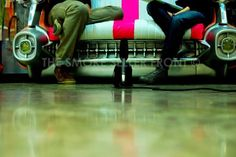 On Tour pies sillón by the smoke seller front, via Flickr