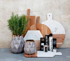 Natural Elements - Interior trend for Spring marble wood chopping boards, ceramic metal vases Marble Board, Marble Cutting Board, Wood Cutting Boards, Chopping Boards, Marble Tray, Wood Boards, White Marble, Kitchen Styling, Kitchen Decor