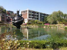 뒤에서 보고 멋있는 용일 줄 알았는데... 앞은 의외로 코믹 ㅋㅋ  cutie, funny, weird dragon 중앙대 연못