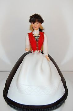 Kakemomsen heter nå Designkaker AS: 3D barbie-kake med Hardanger bunad..