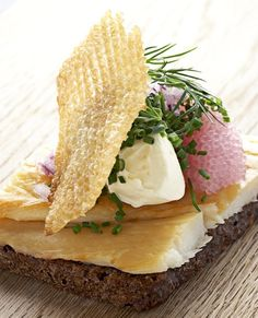 Aamanns smørrebrød med Røget hellefisk, stenbiderrogn, fed crème fraiche og kartoffelgaufrettes