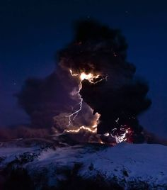 Lightning branches out from behind veil of ash clouds at Iceland's Eyjafjallajokull volcano in April (Photo: by David Jon, NordicPhotos/Getty Images) All Nature, Science And Nature, Amazing Nature, Volcano Lightning, Lightning Storms, Lightning Cloud, Lightning Images, Volcan Eruption, Volcano Photos