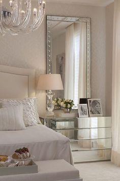 decoração de quarto de casal com espelhos nas laterais da cama, criado mudo espelhado