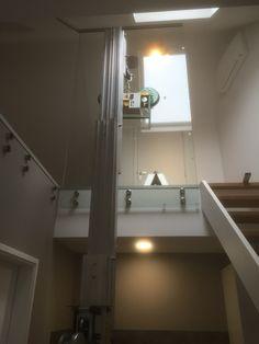 Glazen afscheiding op verdieping