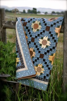 Check out this great charm pack quilts - what a creative version Quilting Projects, Quilting Designs, Sewing Projects, Quilting Ideas, Country Blue, Country Charm, Country Living, Country Farmhouse, Sunflower Quilts