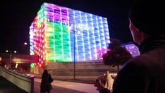 Artista transforma um edifício em um Cubo de Rubik gigante