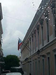 Nuevamente alado de el Departamento de estado. La bandera de Estados Unidos a la izquierda y ambas desgastadas.