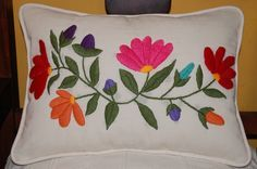 Pin Tutorial and Ideas Cushion Embroidery, Embroidered Cushions, Crochet Cushions, Machine Embroidery Applique, Crewel Embroidery, Hand Embroidery Patterns, Wool Applique, Embroidered Flowers, Cross Stitch Embroidery