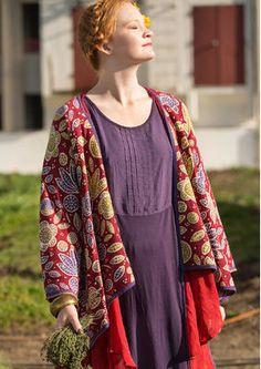 Eine wahrhaft prachtvolle Jacquardstrickjacke mit opulentem Blütenmuster in herrlichen Farben.  Bestelle die Strickjacke hier: http://www.gudrunsjoeden.de/mode/produkte/strickjacken-westen/strickjacke-geranium-aus-oeko-baumwolle
