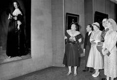 NLD-560605-AMSTERDAM: Koningin Juliana en kroonprinses Beatrix vergezellen groothertogin Charlotte (r) en prins Felix van Luxemburg als zij tijdens hun staatsbezoek het Rijksmuseum bezoeken. ANP/BENELUXPRESS. 05-06-1956