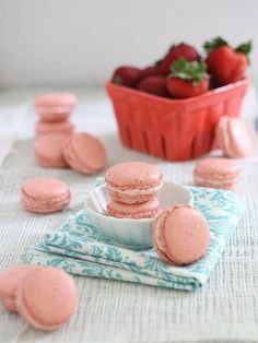 Strawberry and rhubarb are in their most delicate form with this macaron recipe, inspired by the patisseries of France and bright spring flavors. Macarons, Pastel Macaroons, No Bake Desserts, Just Desserts, Meringue Desserts, Strawberry Rhubarb Compote, Strawberry Dessert Recipes, Strawberry Macaron, Cupcakes