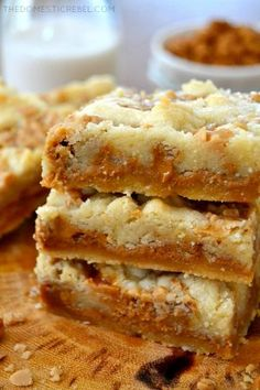 These Biscoff Caramel Butter Bars are super buttery, chewy, gooey and loaded with spicy Biscoff cookie spread, caramel, and crunchy … Biscoff Cake, Speculoos Cookie Butter, Biscoff Cookies, Butter Cookies Recipe, Bar Cookies, Butter Toffee, Butter Pie, Cookie Desserts, Cookie Recipes