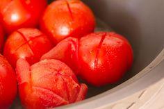 Solanum lycopersicum, más conocido como tomate, jitomate o tomatera :D Originaria de América (Perú o México) que es ahora cultivada en todo el mundo para consumirlo tanto fresco como procesado en salsas, purés, enlatados,… Estamos de nuevo a vueltas con la temporalidad de los alimentos, podemos encontrar tomates durante todo el año en nuestros mercados …