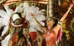 Musas cantam samba-enredo da Portela de cima de um carro alegórico.