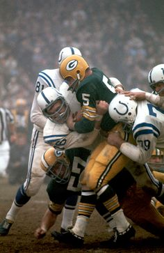 Paul Hornung of the Green Bay Packers gets tackled by the Baltimore Colts at Memorial Stadium. Green Bay Packers Fans, Green Bay Packers Merchandise, Packers Baby, Go Packers, Packers Football, Americana Retro, Baltimore Colts, Baltimore Maryland, Indianapolis Colts