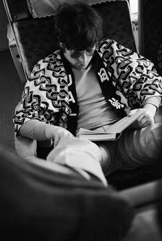 John Lennon engrossed in some philosophical reading matter aboard the Beatles jet to Tokyo, June He is wearing a Happi coat provided by the airline. (Photo by Robert Whitaker/Getty Images) Joe Strummer, I Love Books, Good Books, Books To Read, Reading Books, Reading Time, Mia Farrow, Sean Connery, Ringo Starr