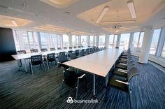 Sala konferencyjna - przeznaczona na konferencje, szkolenie lub spotkanie dużej grupy. Niezbędny sprzęt, możliwość rożnych ustawień stołów, obszerna przestrzeń i widok na panoramę Warszawy z 12. piętra doda prestiżu każdemu wydarzeniu. #salekonferencyjne #businesslinkzebra #zebratower #konferencja #businesslink