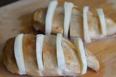 Piept de pui Caprese - CAIETUL CU RETETE Romanian Food, Baked Potato, Capri, Potatoes, Bread, Baking, Ethnic Recipes, Ham, Salads