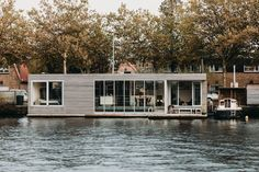 vanOmmeren-architecten have designed'Haarlem Shuffle', a modern floating villa that's located on a river nearthe historic city centre of Haarlem in The Netherlands. #ModernHouseboat #Floathome #Architecture