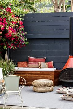 I love this cozy outdoor area in Los Angeles, USA. The backyard belongs to designer Sarah Sherman Samuel who created a boho chic look with kilim cushions and a vintage fire place. You can see more abo