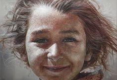 Face   한영욱(Han, Young Wook)       2010년 / Oil on Aluminum, Scratch / 112 x 162 cm /  가장 먼저 마주치는 것은 눈이다. 맑게 빛나는 눈과 부드러운 표정은 보는 사람으로 하여금 따라서 미소짓게 한다. 따뜻한 소녀의 표정이 더욱 생생하게 다가오는 것은 올올이 생생한 머리카락과 눈썹, 피부결, 땀구멍, 잔주름까지 모든 것이 너무나 정교하기 때문이다. 사진이 아닐까 싶기도 하지만 도드라지는 피부결은 지나치다 싶을 정도다. 위에서 떨어지는 빛에 의해 드리우는 얼굴의 그림자는 소녀를 더욱 사실적으로 보이게 한다. 나는 얼굴의 그림자를 보면서 따뜻함을 느꼈다. 초여름이 햇빛이 소녀의 얼굴로 떨어지고 있는 듯 하다. 눈썹 아래로 드리운 그림자 밑에서 소녀의 눈은 더욱 반짝이는 것 같다.