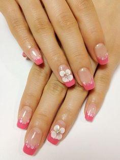 8. francia manikűr ballagásraA rózsaszín körömvégek is nagyon szépek a fehér virágmintákkal