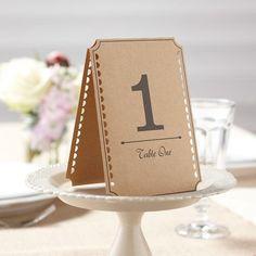 Met deze set van 12 kaartjes met de nummers van 1 - 12 gaan de gasten makkelijk hun tafel vinden. De kaartjes zet je gewoon op tafel. De kaartjes zijn in het bruin, de nummers en de omranding zijn in het zwart. Aan de zijkant zijn er allemaal kleine halve cirkeltjes uitgesneden.