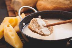 Para aproveitar o frio da melhor maneira, que tal preparar um delicioso fondue de queijo light?