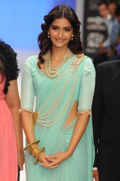 Indian Bollywood fashionista Sonam Kapoor walking the ramp showcasing gorgeous pearl accessories paired with saree Sonam Kapoor Saree, Deepika Padukone, Sonam Kapoor Wedding, Mode Bollywood, Bollywood Fashion, Bollywood Actress, Bollywood Celebrities, Chiffon Saree, Indian Fashion Designers